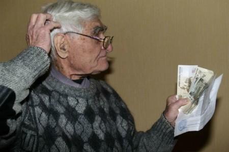 Пожилой человек получил счет за квартплату