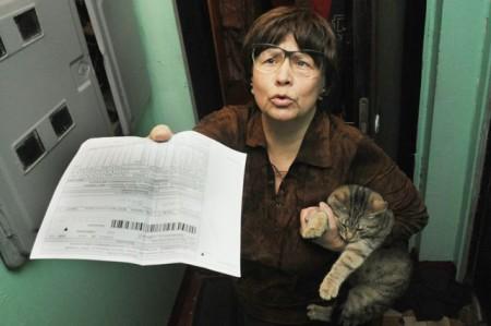 Возмущенная женщина за начисление пени за квартплату