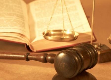 Судейский молоток и весы