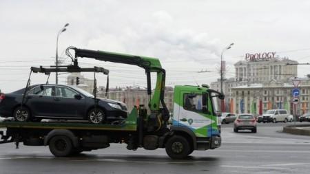 Эвакуатор перевозит авто