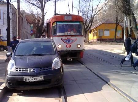 Неправильная парковка на трамвайной линии