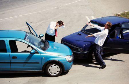 Столкновение автомобилей на дороге