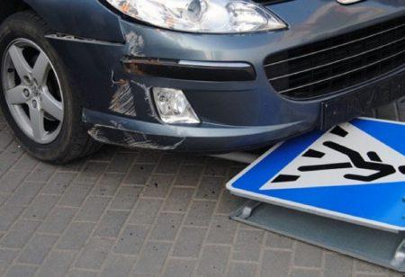 Дорожный знак под авто