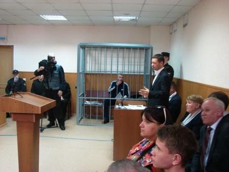 Зал суда с заключенным за решеткой