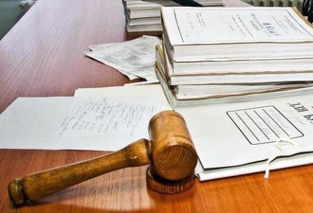 Судебные дела на столе с молотком