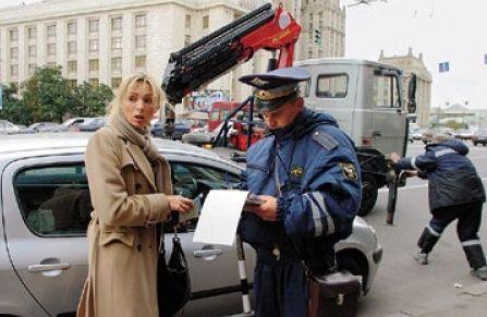 Сотрудник ГАИ выписывает штраф