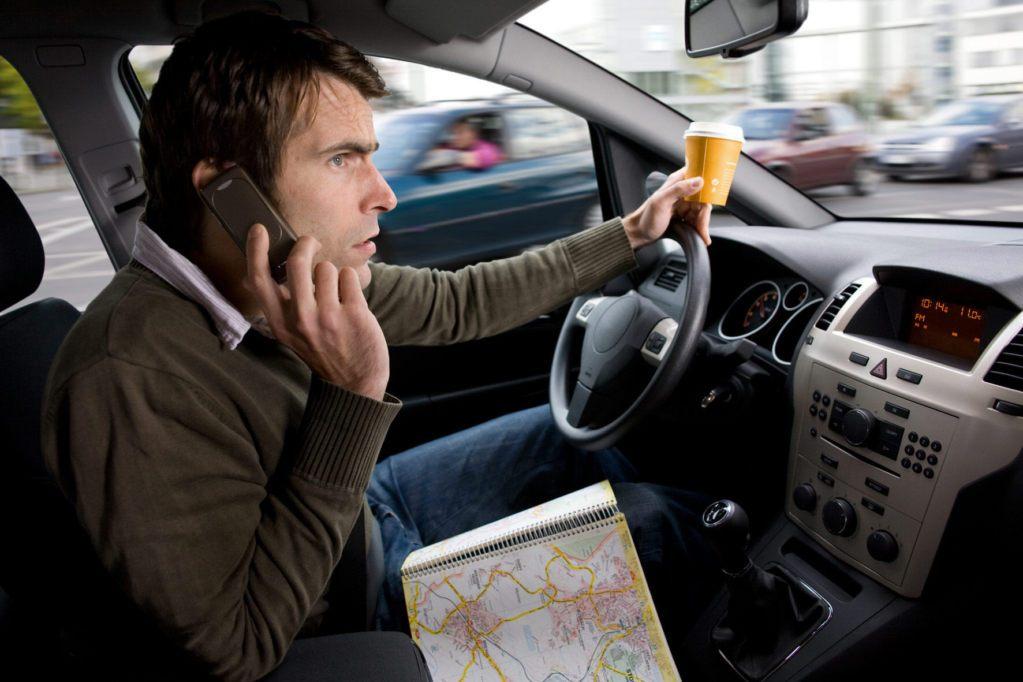 Разговор по телефону за рулем